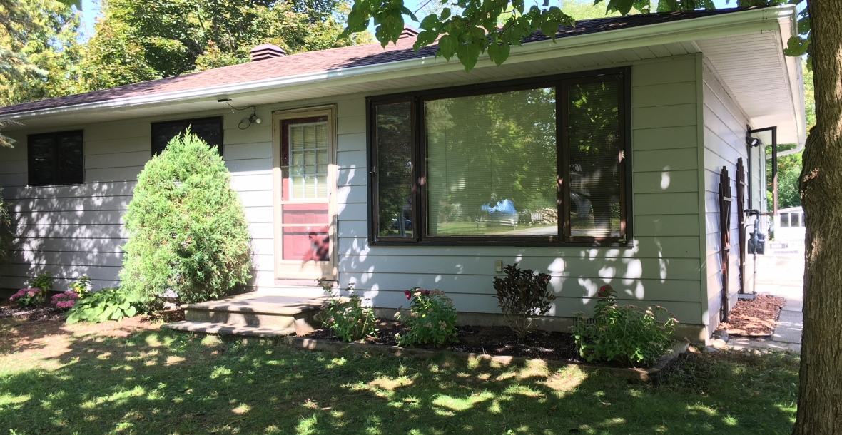 Front yard photo for Southampton Ontario cottage rental